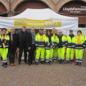 Il sindaco Bellelli, l'assessore Tosi  e l'ex sindaco Campedelli al gazebo dei volontari di protezione civile