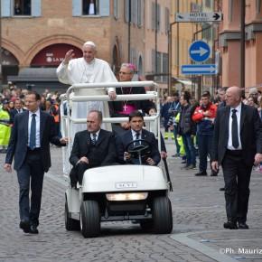 Papa Bergoglio sulla papamobile