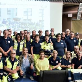 i volontari presenti all'assemblea e in primo piano accosciati, Bellelli e l'assessore De Pietri