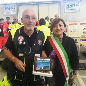 Roberto e Daniela De Pietri (assessore alle politiche sociali con delega alla Protezione Civile)  espongono la targa commemorativa dei 10 anni della Consulta