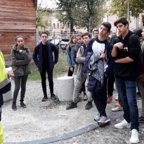 un volontario della protezione civile accoglie gli studenti al S. Rocco